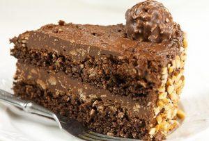 Bolo de Ferrero Rocher com Brigadeiro Cremoso e Nutella