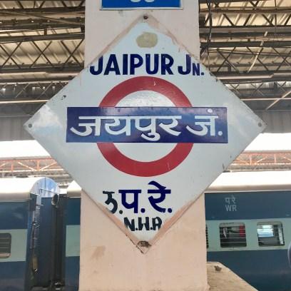 Os símbolos das estações de metro em alguns lugares na Índia são muito parecidos com os de Londres.