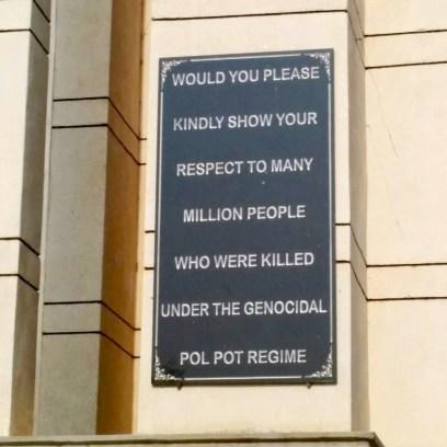 """A placa diz: """"Por favor, mostre seu respeito às milhões de pessoas que foram mortas pelo regime genocida de Pol Pot."""