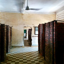 Essa sala é uma das quais pequenas celas foram construídas para encarcerar e torturar pessoas.