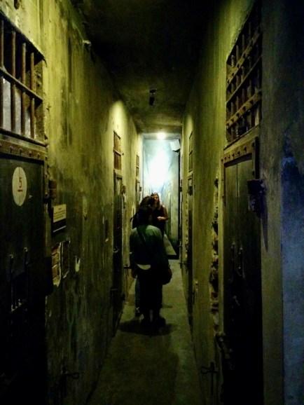 Corredores da prisão de Hoa Lo