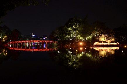 Ponte Huc em Hanoi à noite