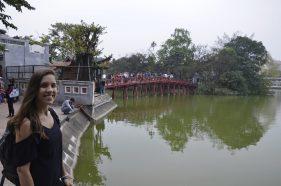 Ponte Huc sobre o lago Hoan Kiem, Vietnã