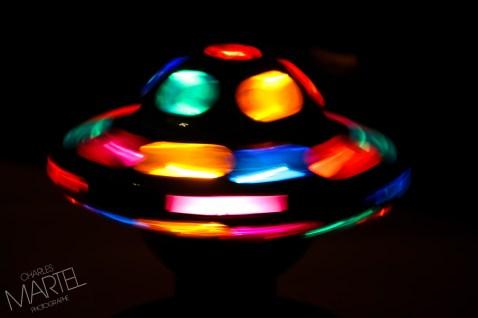 Jouet d'enfants, toupie lumineuse, en rotation dans le noir