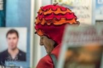 Dame à chapeau orange spécial, salon du livre, Place Bonaventure, Montréal, Qc