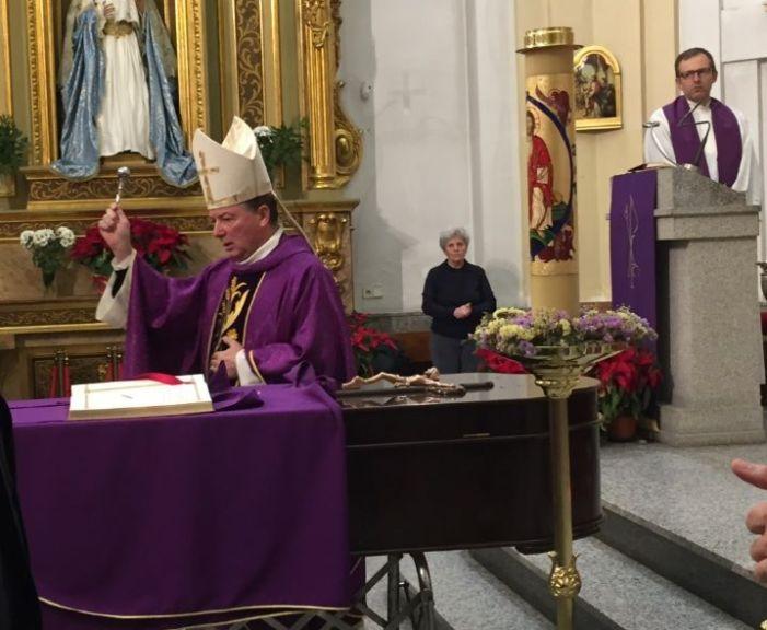 Majadahonda da el último adiós al párroco Baldomero Rodríguez en una multitudinaria misa con el obispo Martínez Camino