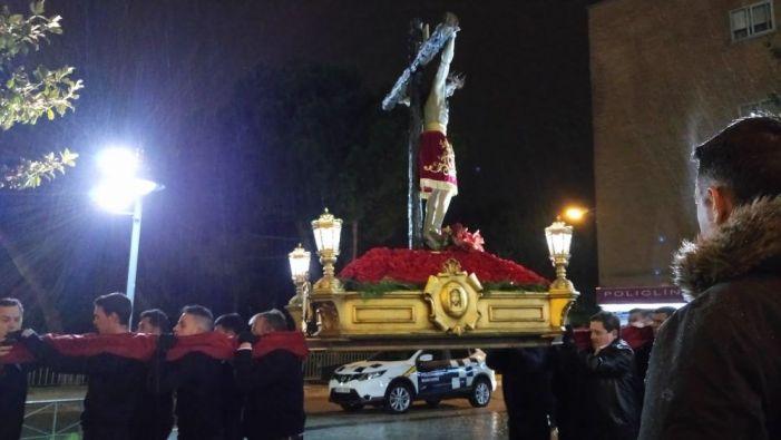 Lluvia, viento y frío en Majadahonda impiden la procesión del Viernes Santo pero no frenan la fe