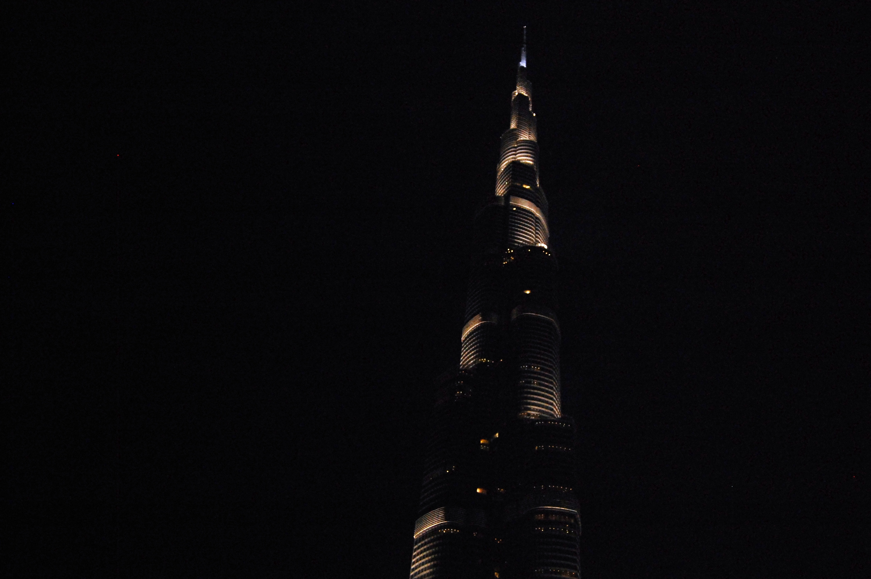 view of burj al khalifa outside dubai mall