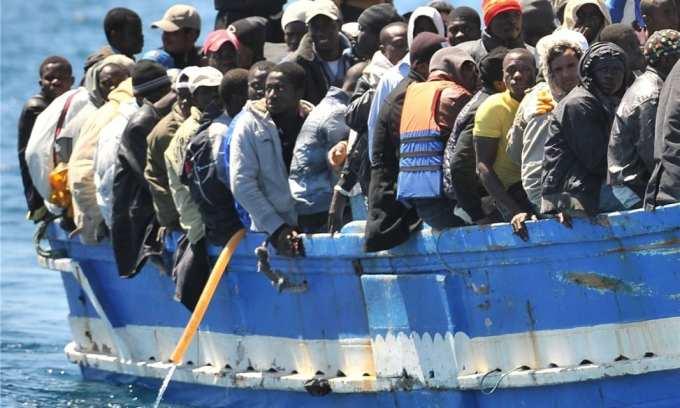 Quel était l'objectif initial du plan de relocalisation de migrants adopté par l'UE en 2015 ?
