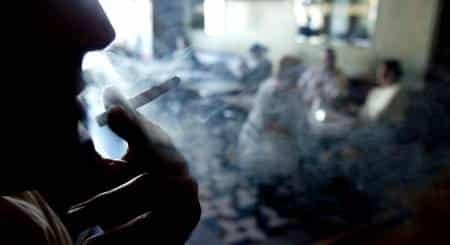 Quel pays a généralisé l'interdiction de fumer dans les lieux publics ?