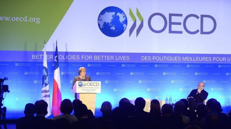 Quel pays qui a été enlevé de la liste grise de l'OCDE en 2010 poursuit sa
