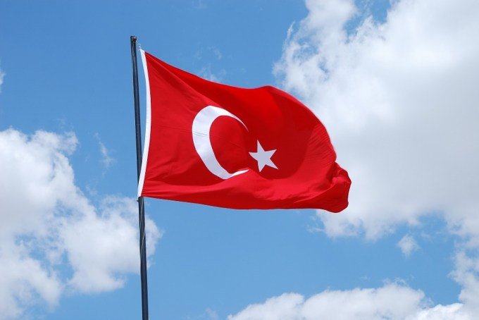 Quel chef d'État s'est porté garant du retrait des forces kurdes à la frontière avec la Turquie ?