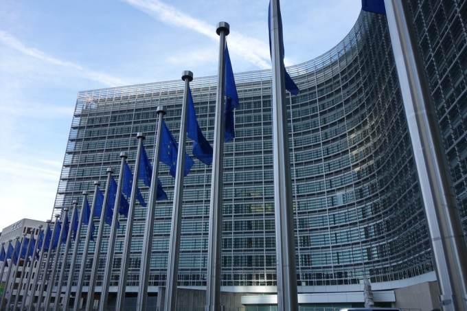 Qui a annoncé officiellement le retrait de sa candidature au poste de président de la Commission européenne en 2019 ?