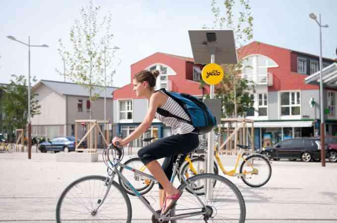 Ville pionnière en matière de transports durables et collaboratifs, La Rochelle compte combien de vélos en libre-service dans son parc Yélo ?