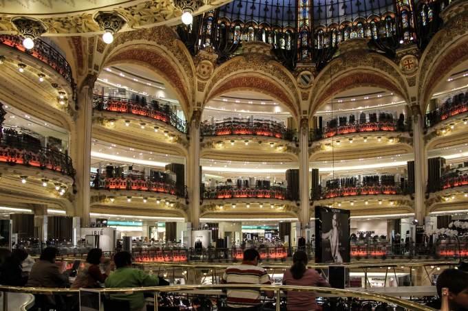 Quel grand magasin parisien a été ouvert en premier ?