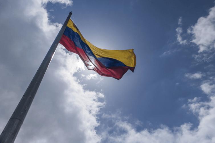 Les partisans de Juan Guaido et de Nicolas Maduro ont défilé...