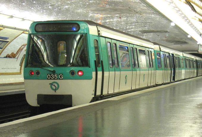 Peux-tu traduire «le métro» en anglais britannique et en anglais américain ?