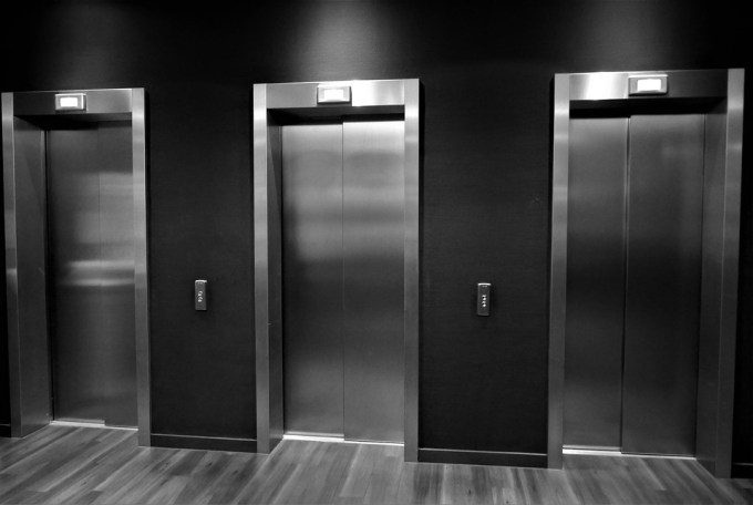 Donne les deux traductions d'un «ascenseur ».