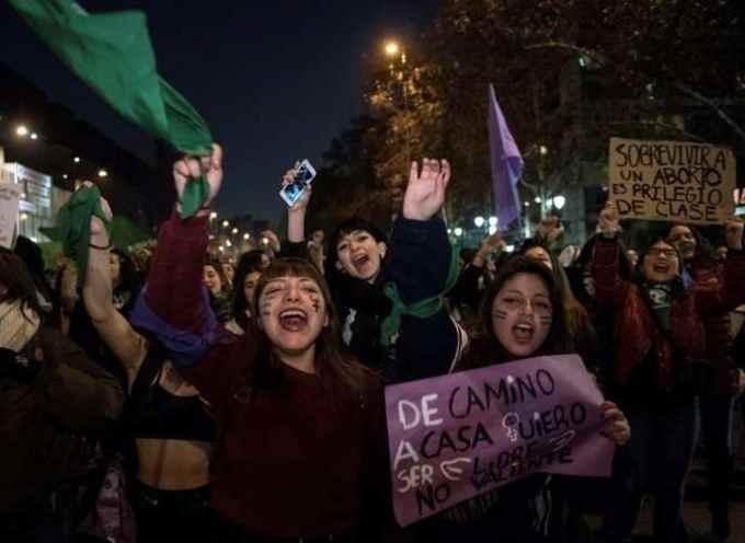 Dans quel pays latino-américain des milliers de personnes ont-elles défilé pour le droit à l'avortement ?