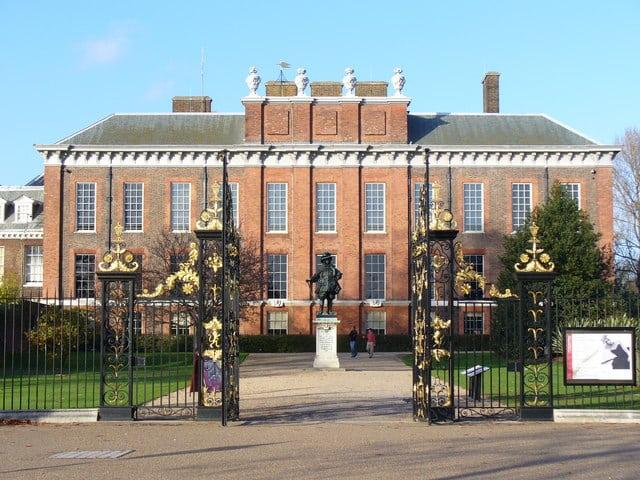 En l'honneur de quelle personnalité britannique une statue vient d'être érigée au palais de Kensington à Londres ?