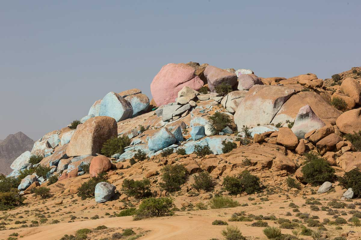 Die bunten Felssteine sind eine bizarre Erscheinung
