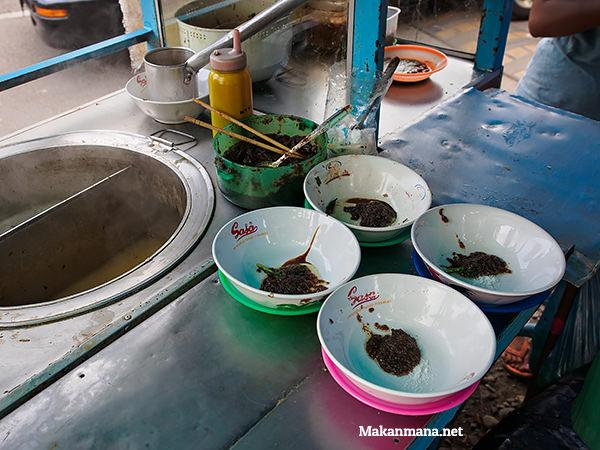 mangkuk ditaruh bumbu yang bahannya mengandung campuran bawang merah + putih