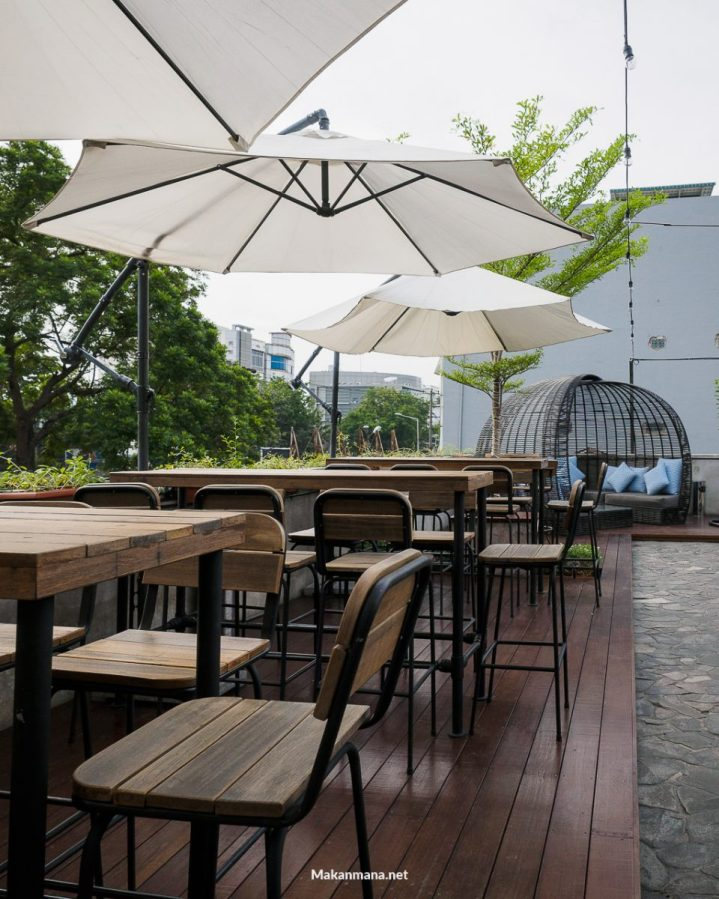 Level 02 roof top bar medan 34