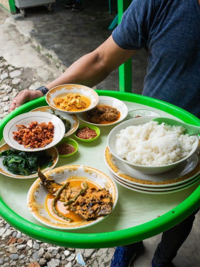 Menikmati Ikan Baung dan Holat yang segar di RM Bung Rizal & M. Br. Regar 9
