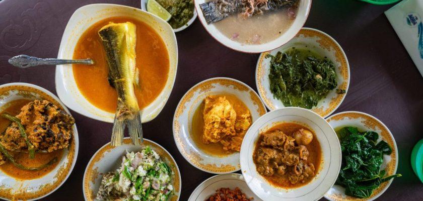 Menikmati Ikan Baung dan Holat yang segar di RM Bung Rizal & M. Br. Regar 1