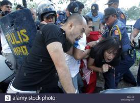 filipino-policemen-disperse-activists-during-an-anti-rp-us-visiting-fra1h4