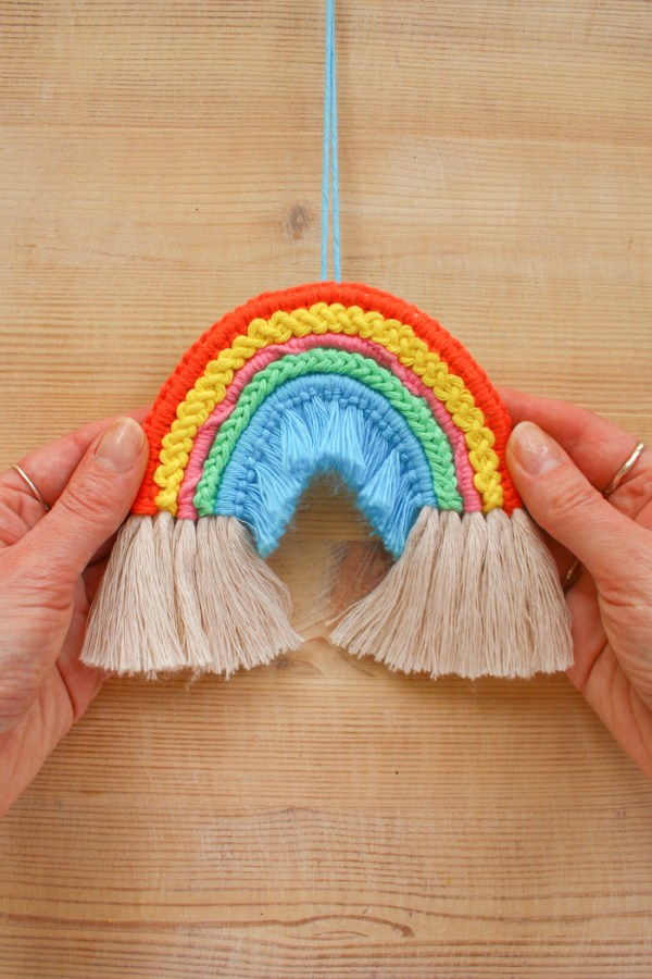 Macrame rope rainbow pattern by Make and Fable