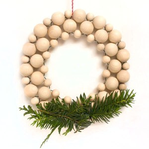 beaded Christmas wreath tutorial by make and fable