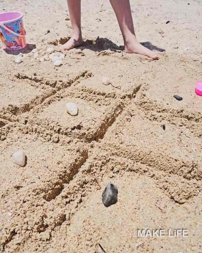 TIC TAC TOE - Παιχνίδια στην παραλία. 8 ιδέες για να απασχολήσετε τα παιδιά