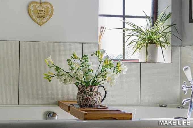Διακόσμησε με γλάστρες και λουλούδια το μπάνιο