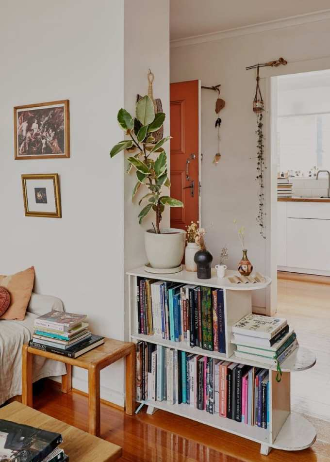 bookshelves as divider - Ιδέες για αποθήκευση βιβλίων και πως να διακοσμήσεις τα ράφια σου