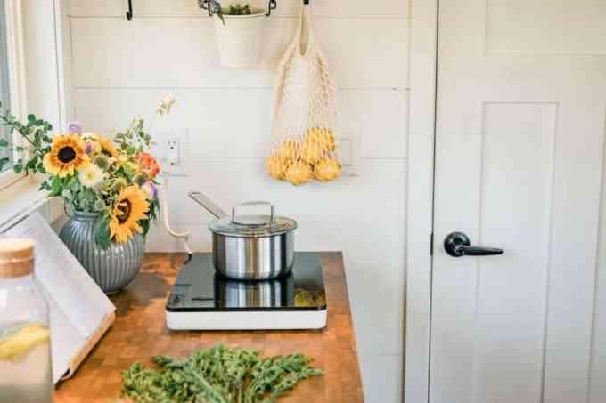 the kitchen features - Ένα μικροσκοπικό βιώσιμο σπίτι από την ΙΚΕΑ, που το πας όπου θες