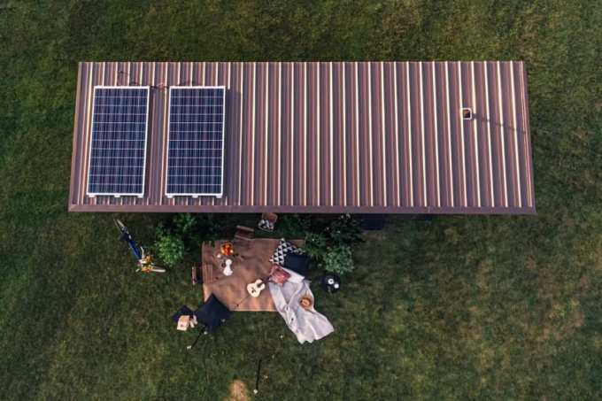 the tiny homes metal roof is topped with solar panels - Ένα μικροσκοπικό βιώσιμο σπίτι από την ΙΚΕΑ, που το πας όπου θες