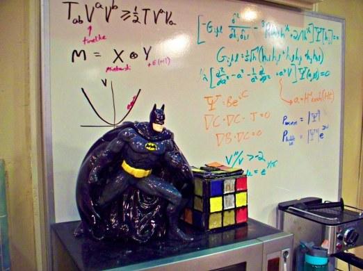 big-bang-theory-apartment-mieszkanie-teoria-wielkiego-podrywu-batman-figurka-sloik-na-ciastka