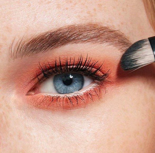 Mavi göz için turuncu makyaj