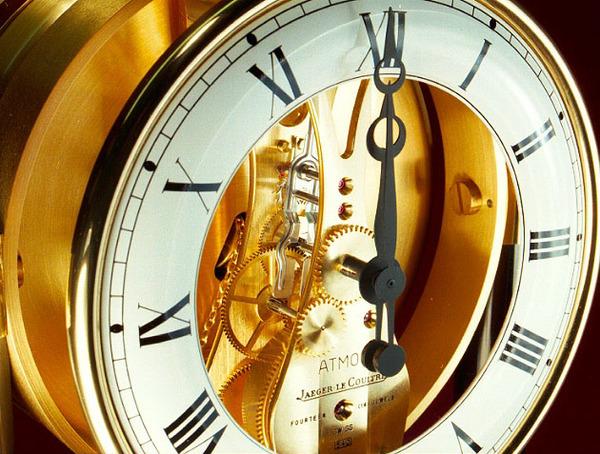 Perpetually self-winding mechanical clock