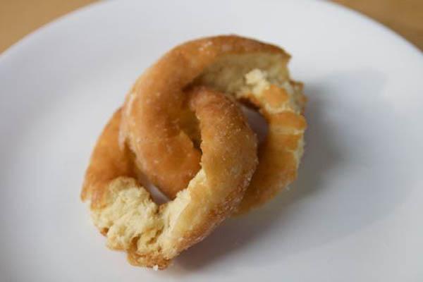 Chain-link bagel? Meet Möbius doughnut