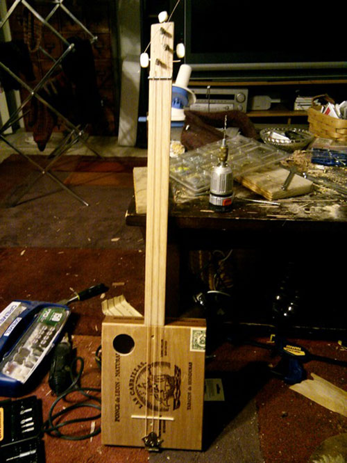 MAKE Volume 21: Traditional cigar box guitar builds