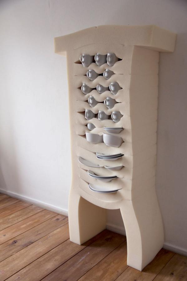 柔らかい素材でできた食器棚