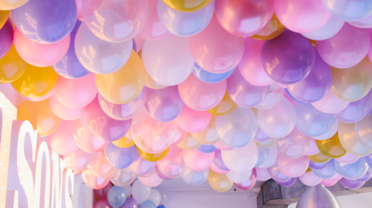 No helium required for this epic balloon ceiling make