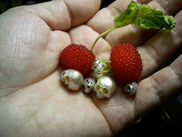 Creepy Yet Beautiful: Jeweler Carves Pearls into Tiny Skulls