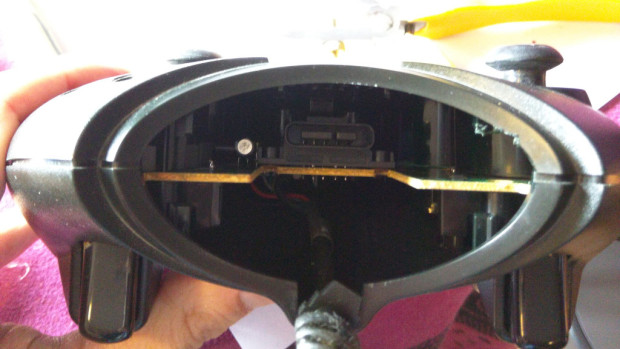 Fitting the Zero inside of the Xbox controller isn't an issue due to the cavernous space between the plastic casings.