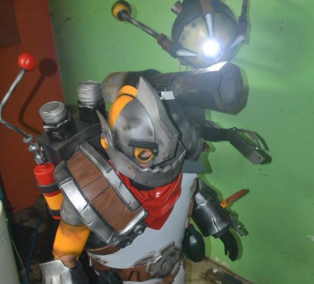 DOTA 2 Clockwerk Cosplay Brings Together Sound, Lights, and Servos