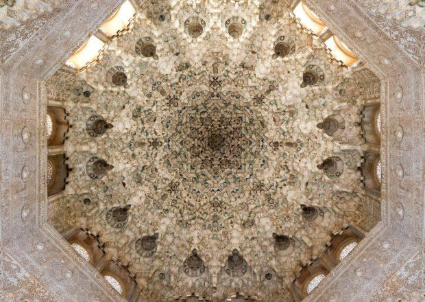 detail_ceiling_two_sisters_hall_alhambra_granada_spain