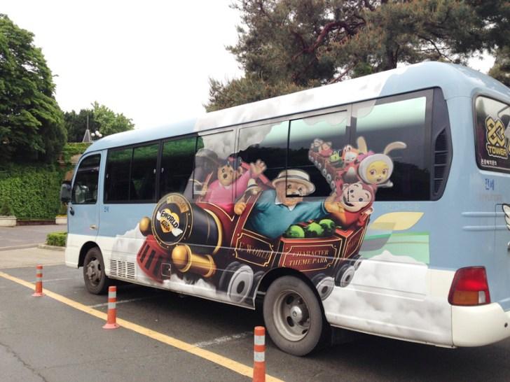 可愛らしい専用バス