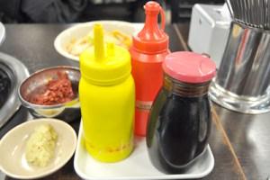 赤い薬味(ダデギ/???)、黄色(辛し)、赤(お酢)、黒(醤油)
